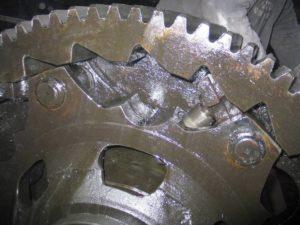 Рисунок 53 – Пример узловой (а) и детальной (б) фотографии при осмотре редуктора механизма подъёма разливочного крана
