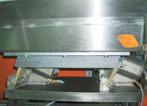 Установка мерного клина для измерения амплитуды колебания вибрационного дозатора