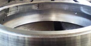 Осповидное выкрашивание в двух местах на беговой дорожке наружного кольца двухрядного сферического радиального роликоподшипника при отклонении формы посадочного места крышки подшипника