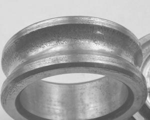 Смещение следов изнашивания на внутреннем кольце при воздействии осевой силы