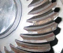 Повреждения конического колеса при выходе зубьев из зацепления