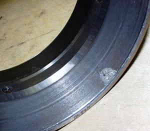 Абразивный износ на беговой дорожке наружного кольца радиально-упорного конического двухрядного роликоподшипника