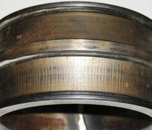Следы прохождения электрического тока на наружном кольце двухрядного сферического радиального роликоподшипника