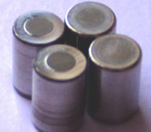 Высветления на торцах роликов одной из беговых дорожек двухрядного радиального роликоподшипника при воздействии осевой силы
