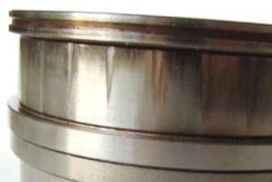 Треугольная форма контакта кольца с роликом при перекосе вала относительно корпуса двухрядного роликового радиального подшипника
