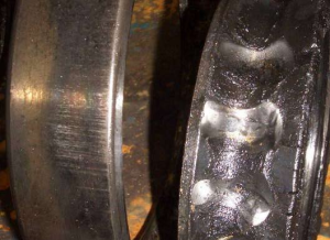 Повреждения радиально-упорного шарикоподшипника из-за недостатка смазочного материала 1
