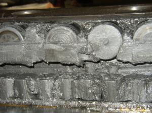 Элементы повреждённого подшипникового кольца (продукты окисления и износа в смазочном материале)