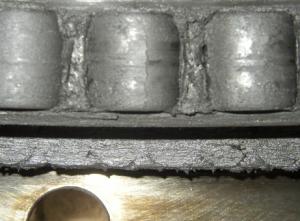 Элементы повреждённого подшипникового кольца (продукты коксования на поверхности опорных роликов)