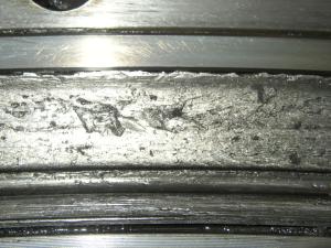 Усталостные трещины поверхностного слоя беговой дорожки подшипникового кольца